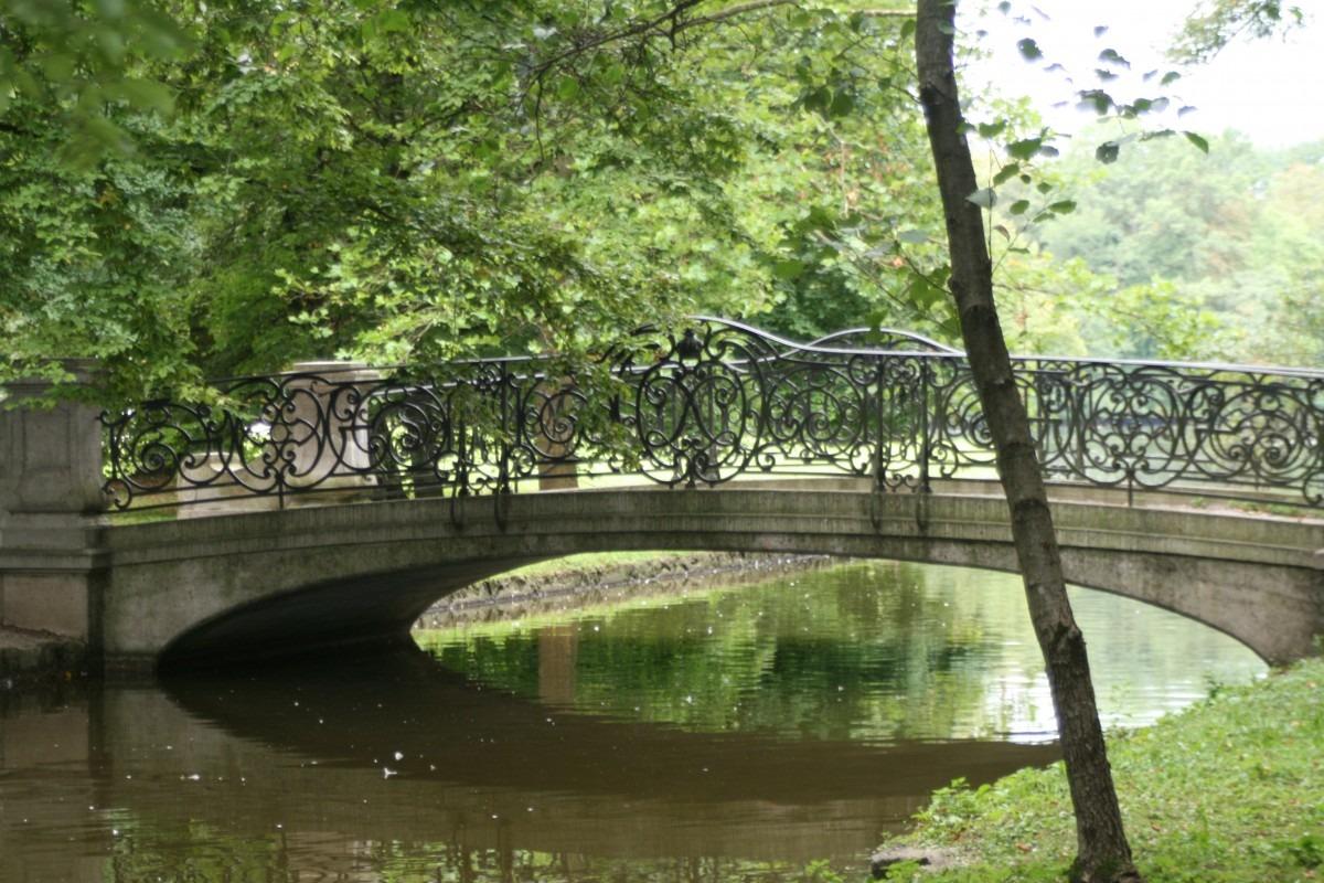 Brücke über Kanal im Schlosspark