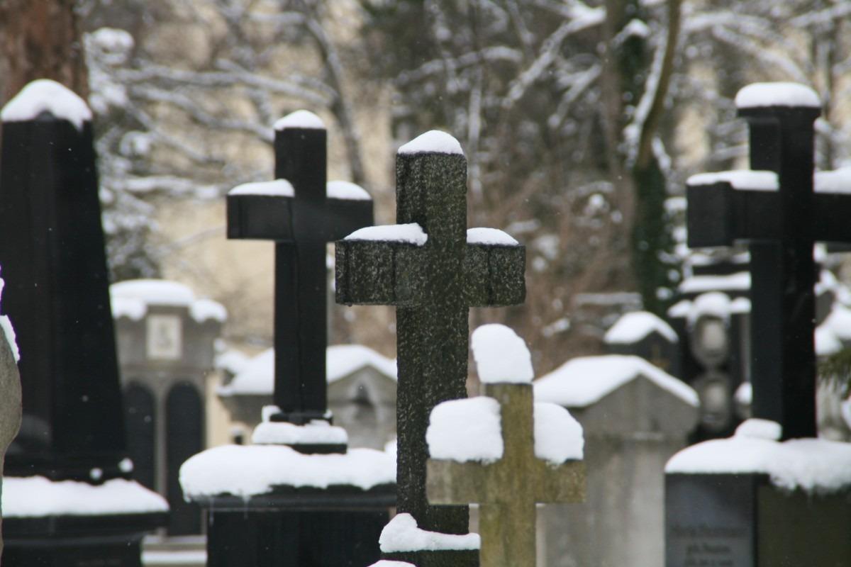 Schnee auf den Grabsteinen