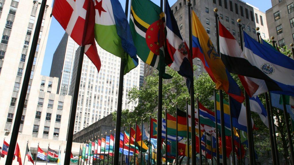 Flaggen vorm Rockefeller Center