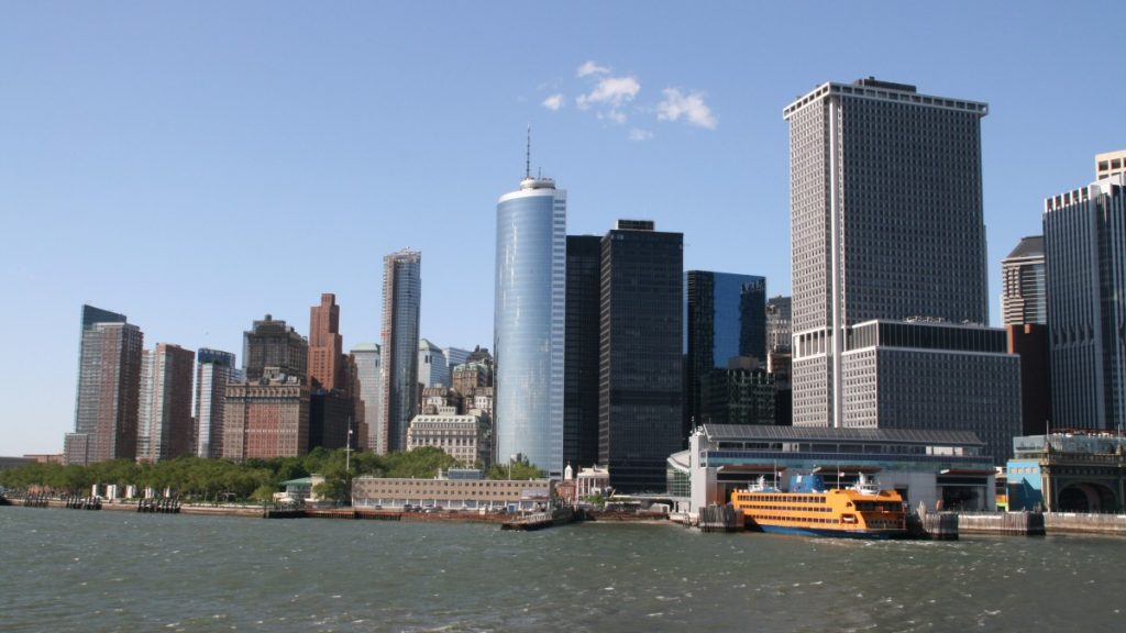 Terminal Staten Island Ferry mit Skyline
