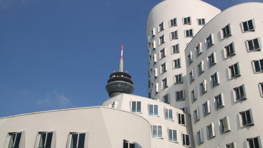 Fernsehturm mit Gehry-Bauten im Medienhafen