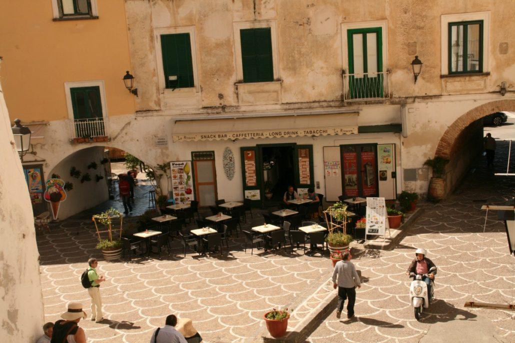 Blick auf die Haupt-Piazetta Umberto I in Atrani an der Amalfiküste