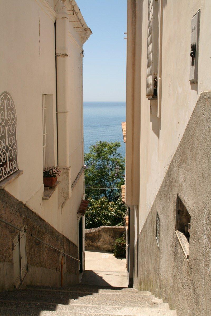 Aussicht auf das Mittelmeer in Positano an der Amalfiküste