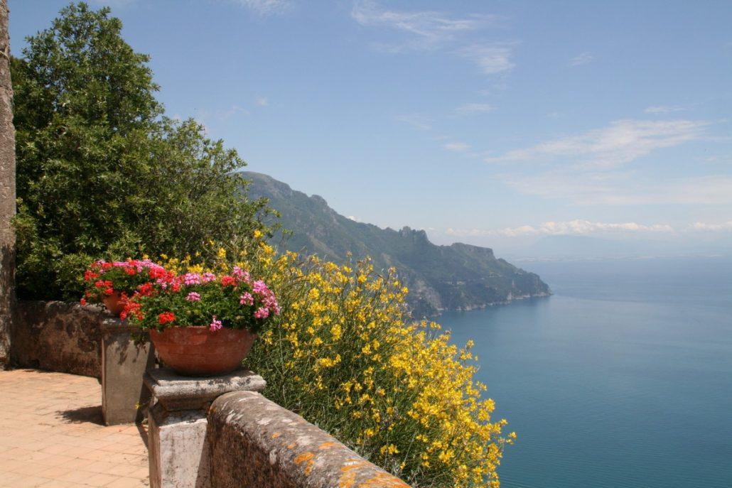 Terrasse der Unendlichkeit im Garten der Villa Cimbrone in Ravello an der Amalfiküste