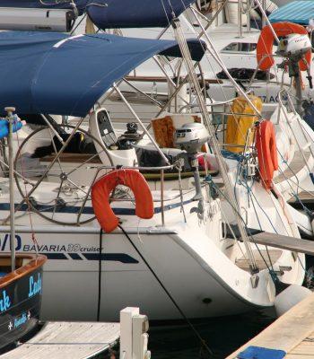 unsere Bavaria 39 neben riesigen Katamaranen und Yachten
