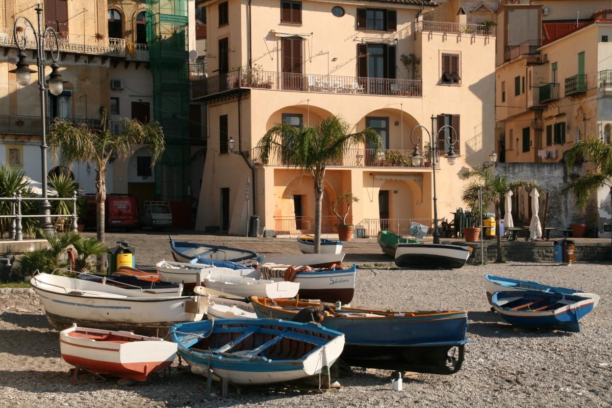 bunte Fischerboote am Strand von Cetara