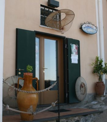 Eingang eines Geschäfts in Cetara