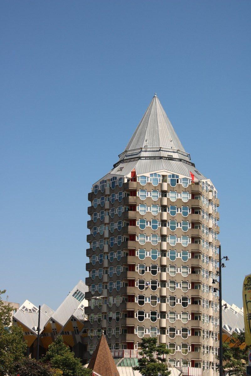 """Pencil"" neben den Kubushäusern in Rotterdam"
