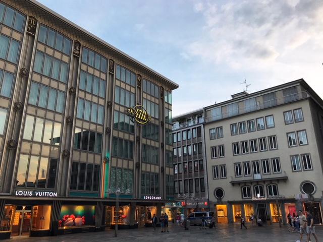 der Roncalliplatz ist Teil der Domplatte in Köln