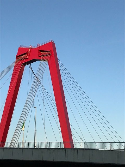 Brückenpfeiler der Willemsbrug in Rotterdam