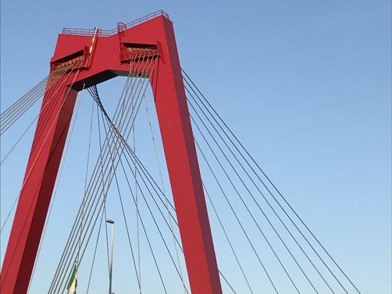 knallroter Pylon der Willemsbrug
