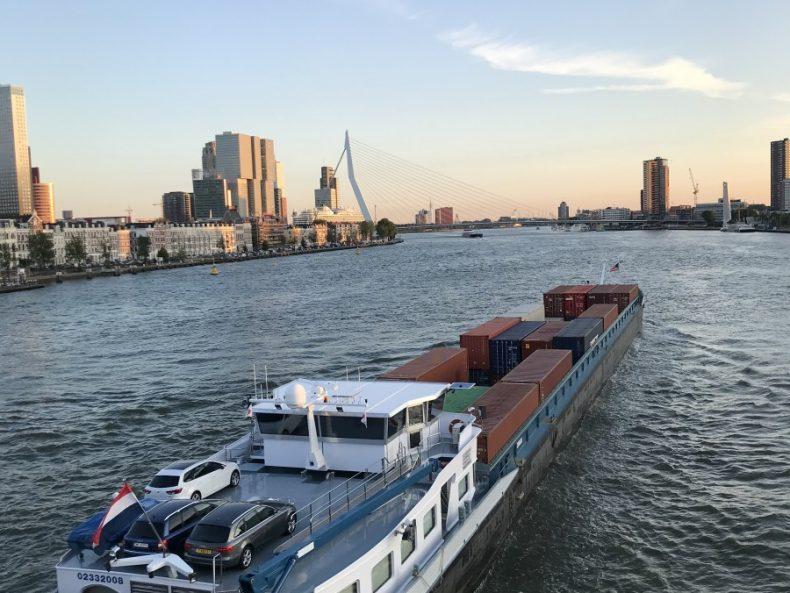 Schiffsverkehr auf der Maas in Rotterdam