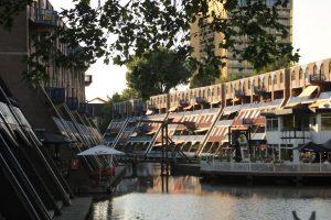 Wohnviertel in Rotterdam an der Gracht