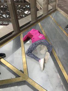 Spaß auf den Glasböden im Eiffelturm, 1. Plattform