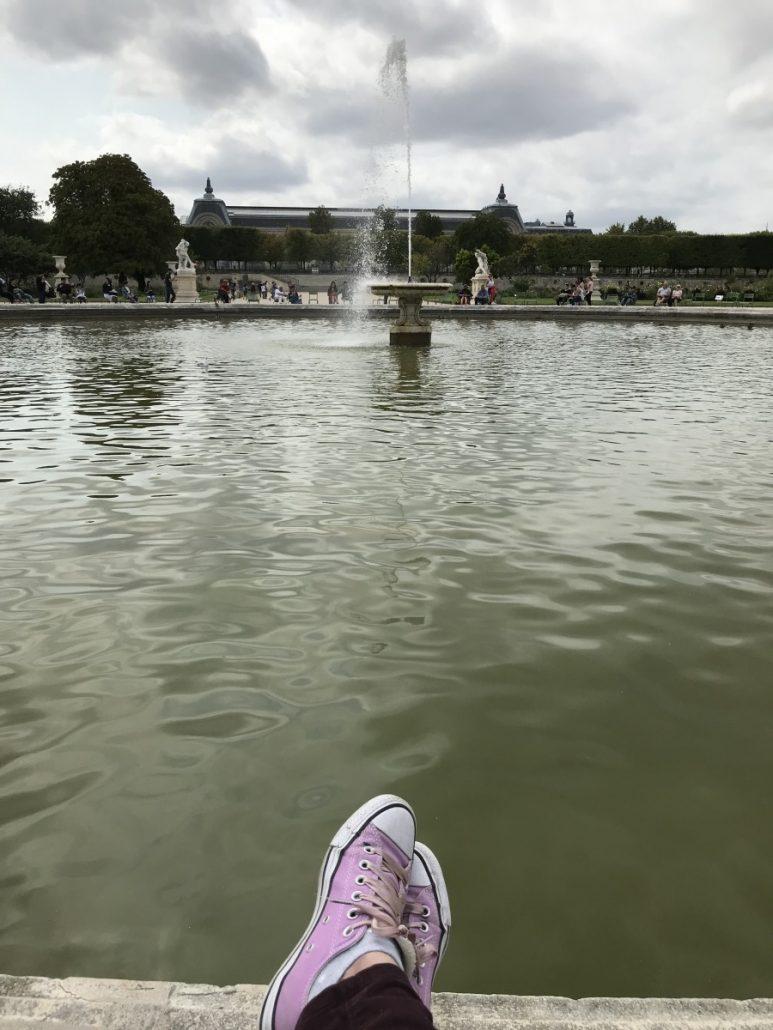 Lunchbreak am Springbrunnen im Jardin des Tuilleries