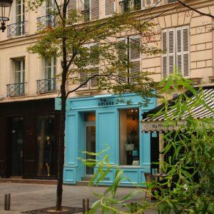 Wunderschöne alte Fassade mit blauem Detail