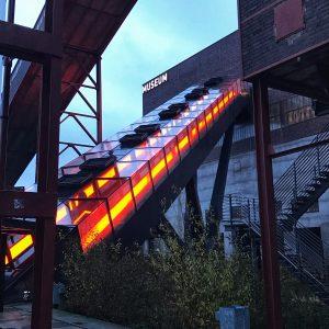 Rolltreppe zum Eingang des Ruhr Museums von der Seite