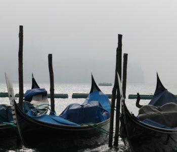 Gondeln in Venedig im Nebel