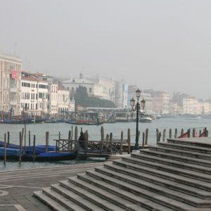 Vor den Stufen der Kirche Santa Maria della Salute mit Blick auf Venedig