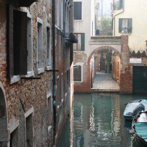 eine der unzähligen Gassen in Venedig