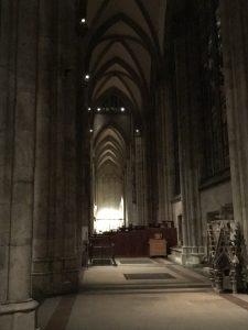 Innenraum vom Kölner Dom am Abend