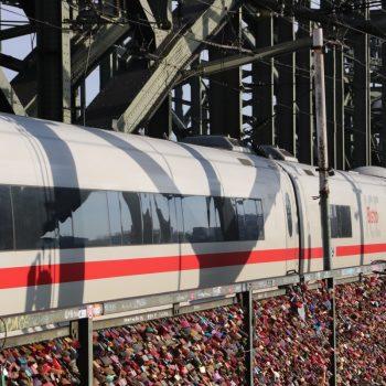 Eisenbahnbrücke in Köln mit unzähligen Schlössern