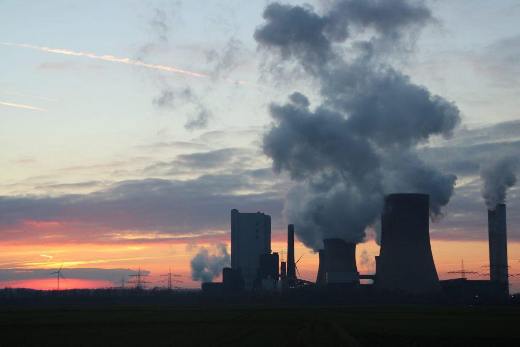 Kraftwerk im Sonnenuntergang