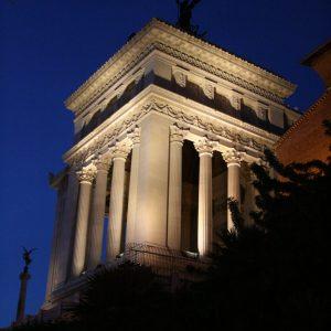 Denkmäler beleuchtet am Abend