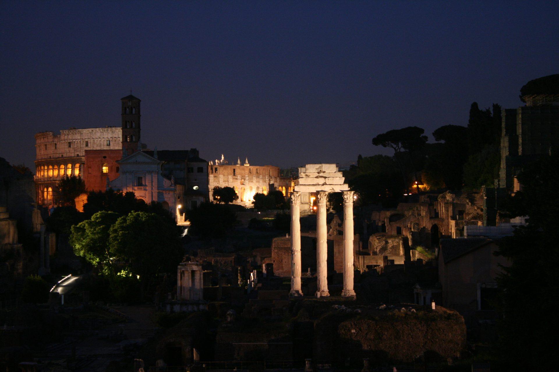 Kolosseum und Foro Romano bei Nacht