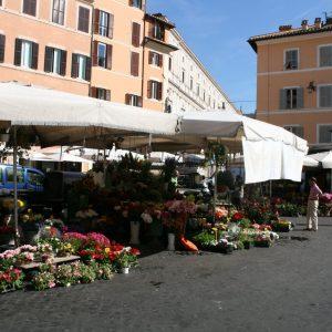 Blumenstände auf dem Campo di Fiori in Rom