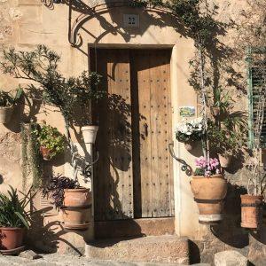 wunderschön eingerahmte Tür auf Mallorca