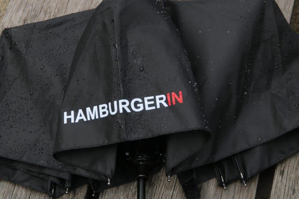 Hamburgerin Schriftzug auf einem nassen Schirm