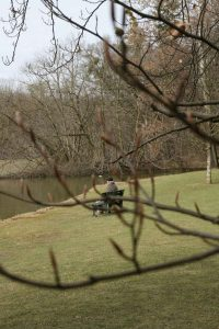 Mann auf Bank im Schlosspark Nymphenburg