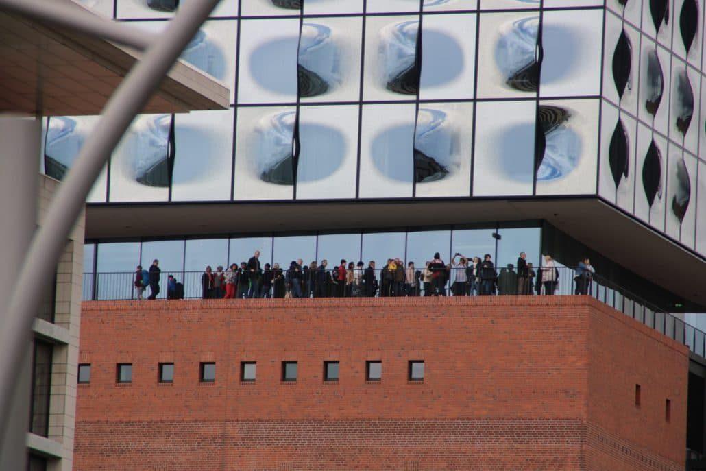 Plaza Elbphilharmonie Speicherstadt mit Menschen