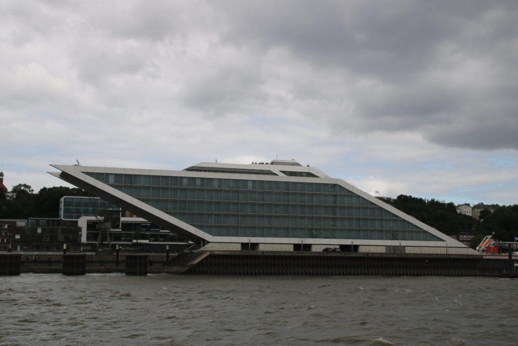 Dockland Hamburg - sieht aus wie eine Yacht
