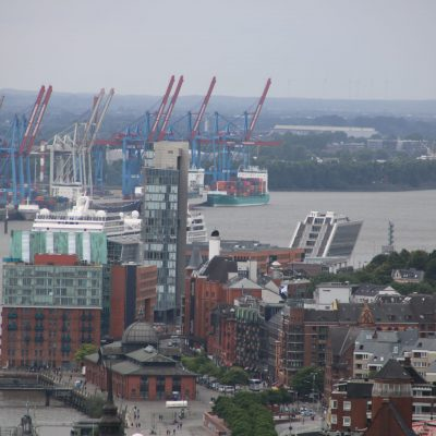 Aussicht auf die Fischmarkt-Auktionshalle, Dockland und einen Teil des Hafens