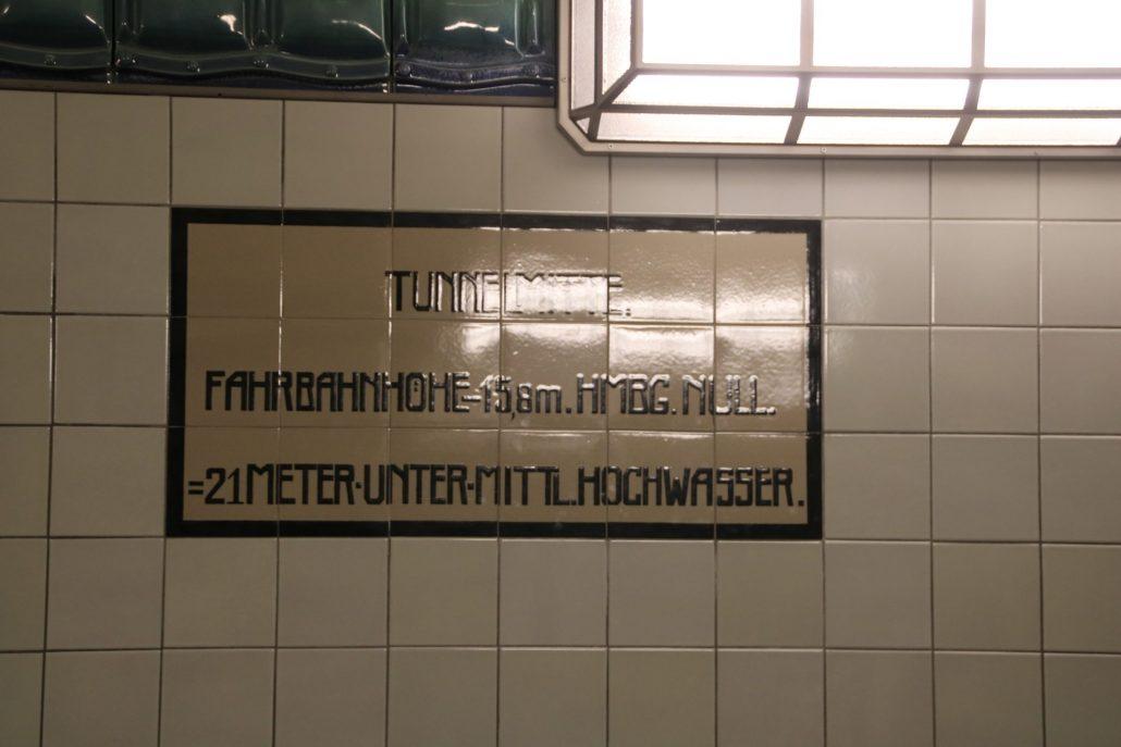Hinweisschild im Alten Elbtunnel