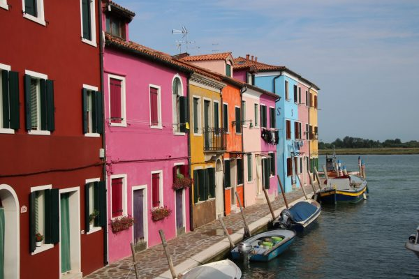 farbenfroher Kanal in Burano