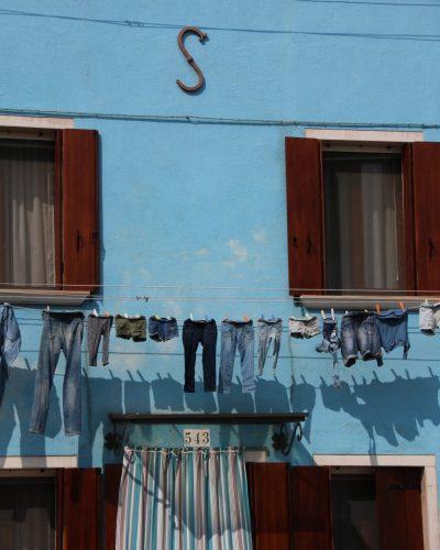 blaue Wäsche vor blauer Fassade