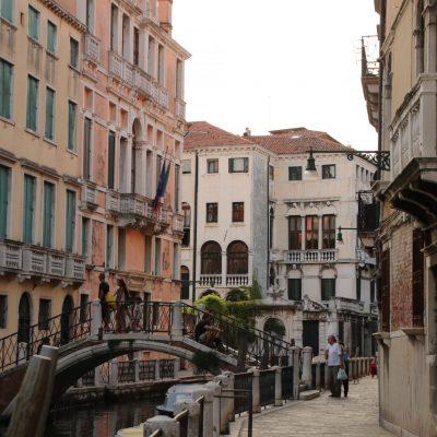 Kanal mit Brücke in Venedig