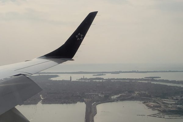 Anflug auf Venedig mit dem Damm, der zur Insel führt