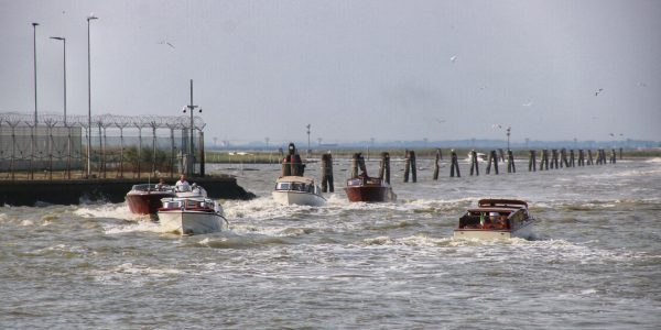 Motorboote auf dem Weg zum Flughafen und in Richtung Venedig