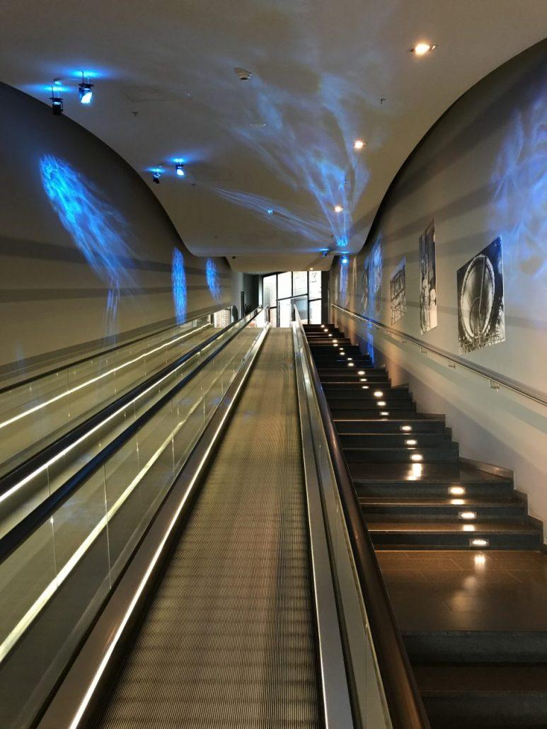Rolltreppe zur Rezeption des Hotels
