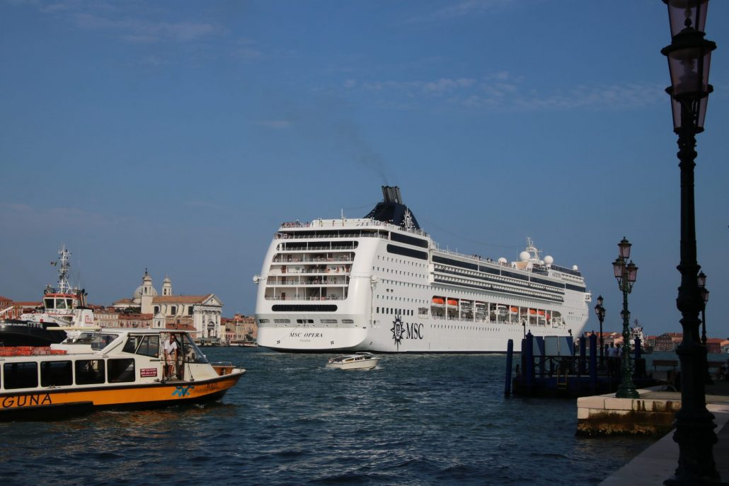 Kreuzfahrtschiff auf dem Giudecca-Kanal in Richtung San Marco