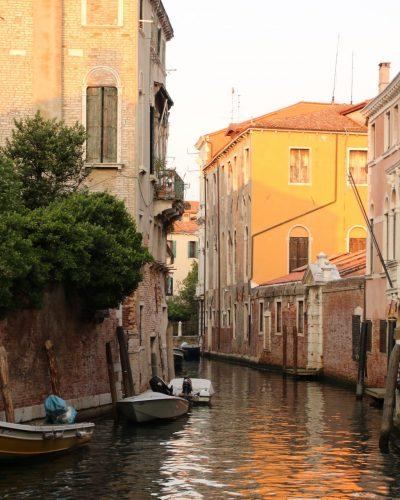 Kanal im Sonnenuntergang in Venedig