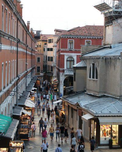 von der Rialto-Brücke in die Gassen von Venedig