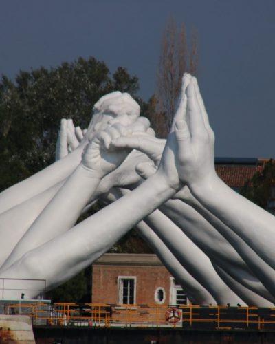 Gefaltete Hände im Arsenale in Venedig