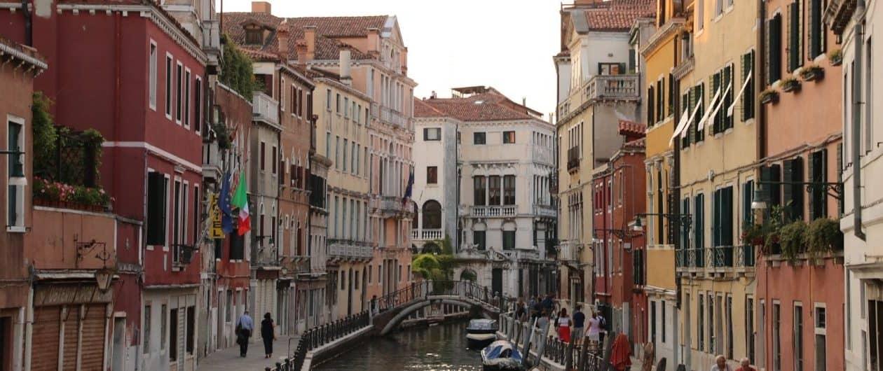 Kanal mit bunten Häusern in Venedig