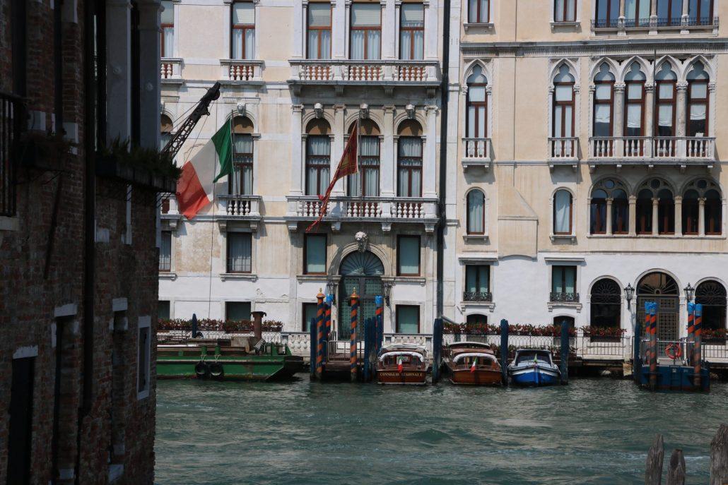 Motorboote vor Palazzo in Venedig