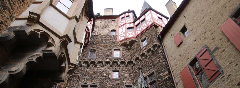 Blick in den Innenhof von Burg Eltz